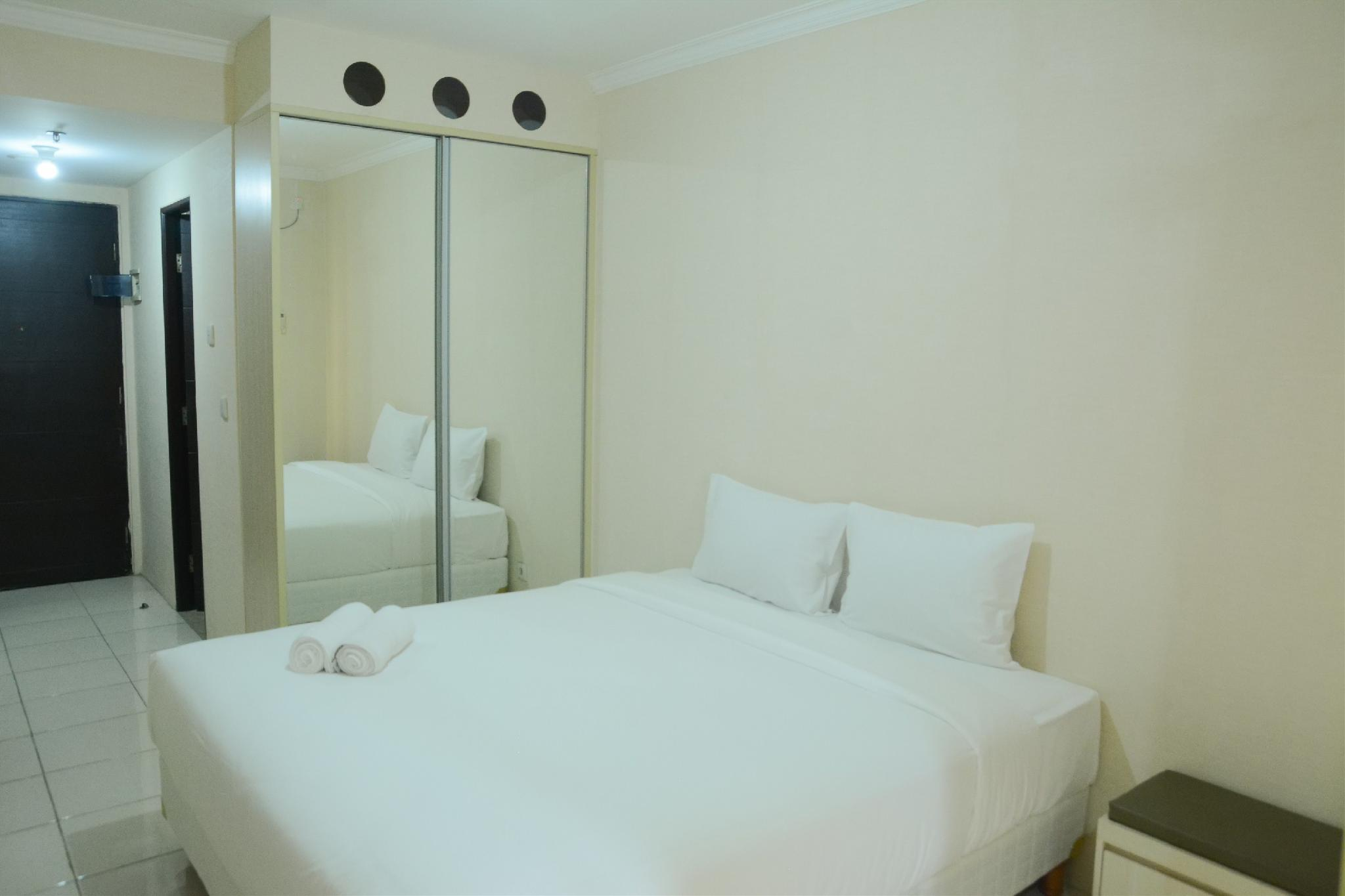 Studio Room At Grand Serpong Apartment By Travelio