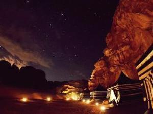 瓦地伦之夜豪华营舍 (Wadi Rum Night Luxury Camp)