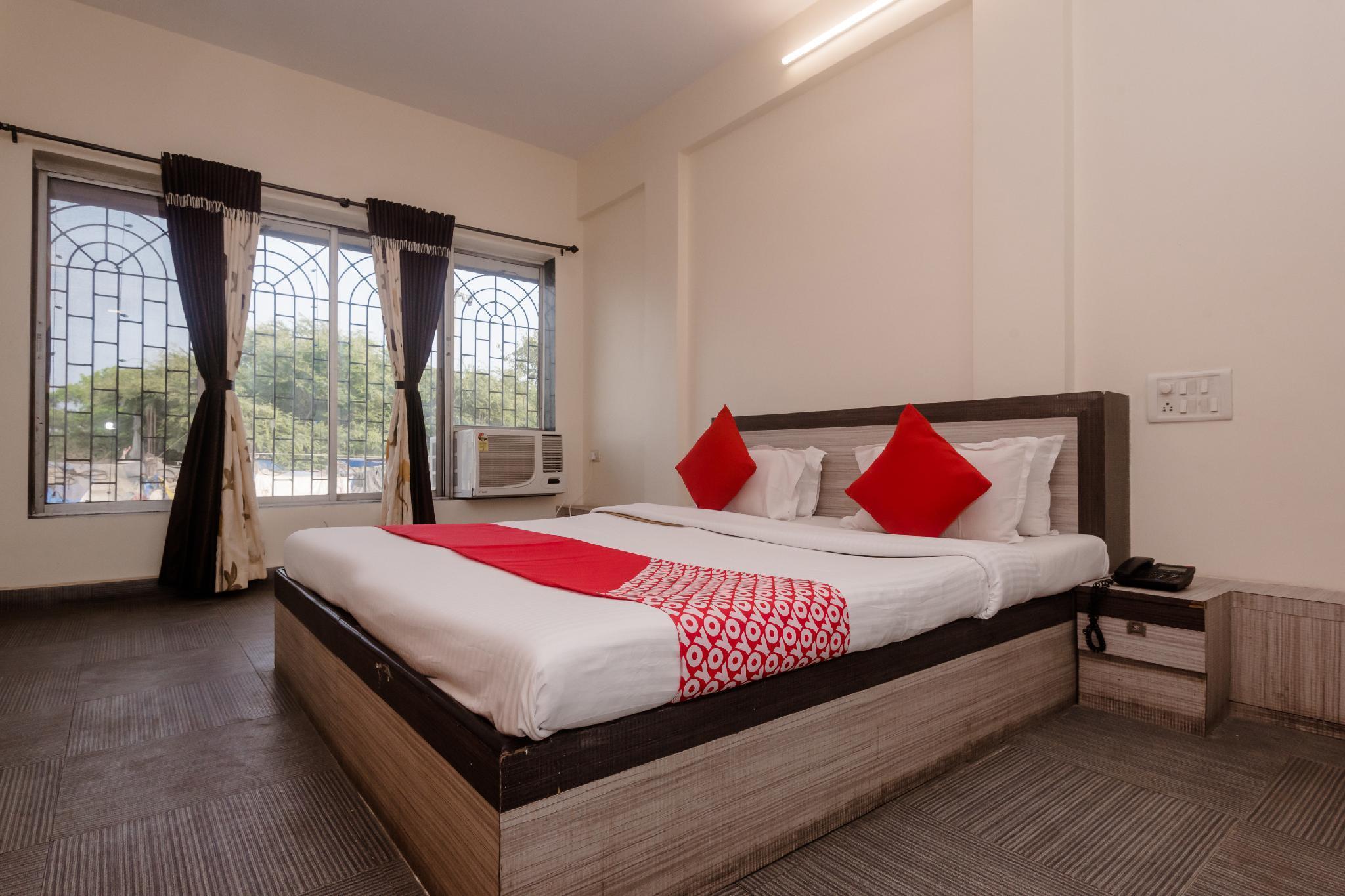 OYO 26206 Hotel Paras