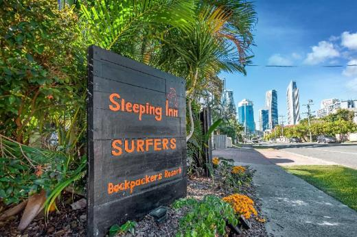 Sleeping Inn Surfers Backpackers