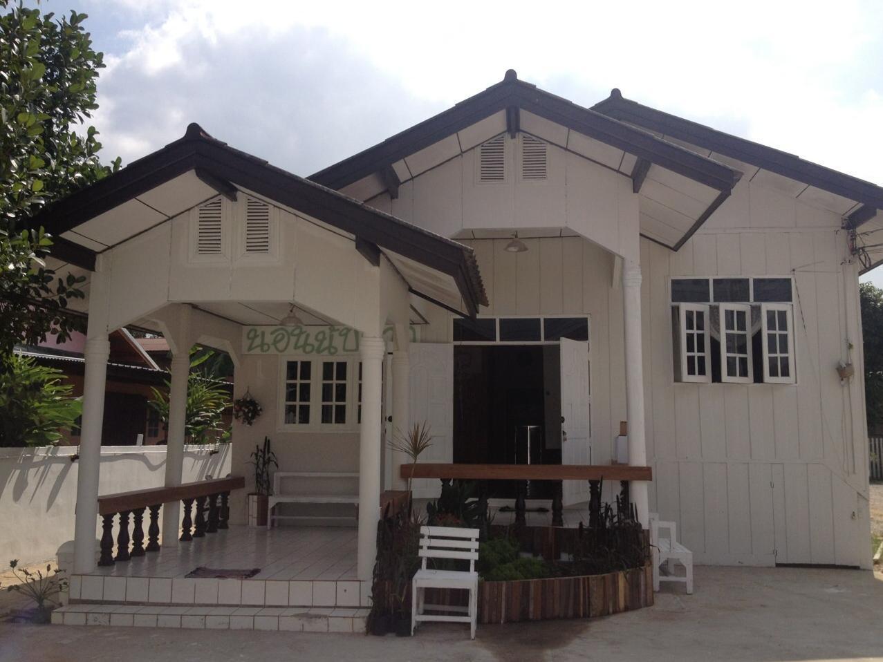 Norn Nab Dao Whitehouse