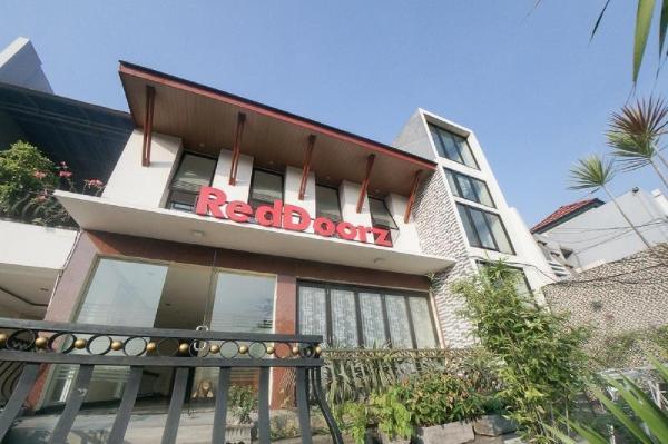 RedDoorz Plus near Green Pramuka Square Mall Jakarta