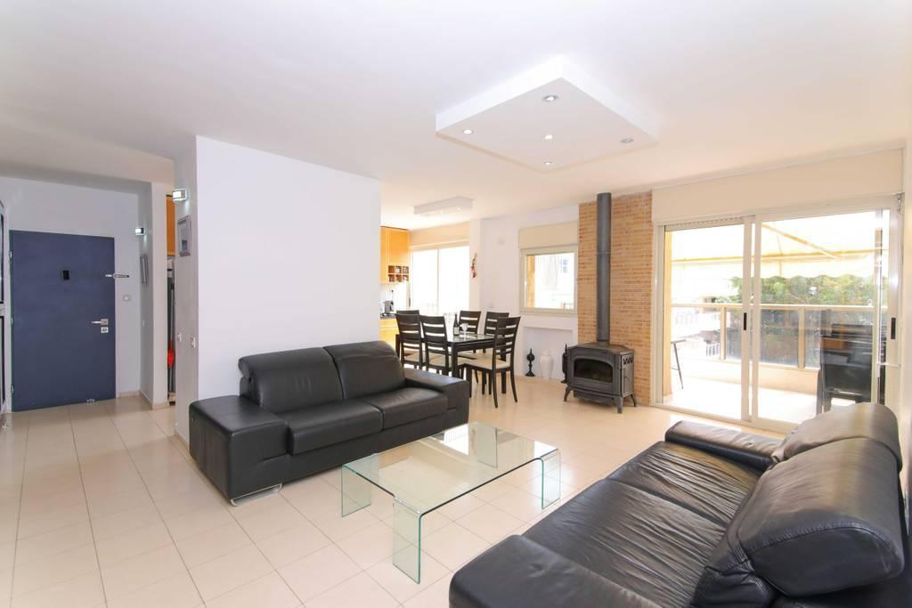 Big And Cosy Apt In Palmah St