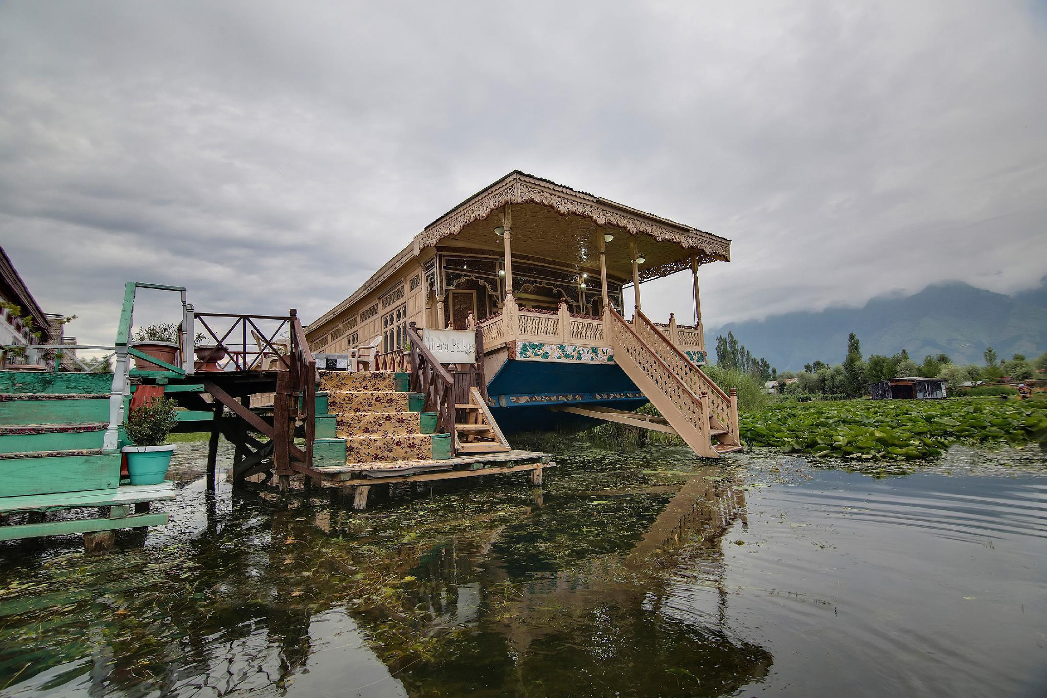 OYO 47998 Shera Palace Houseboat