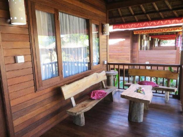 Wooden Bungalow Closes Yellow Bridge Lembongan
