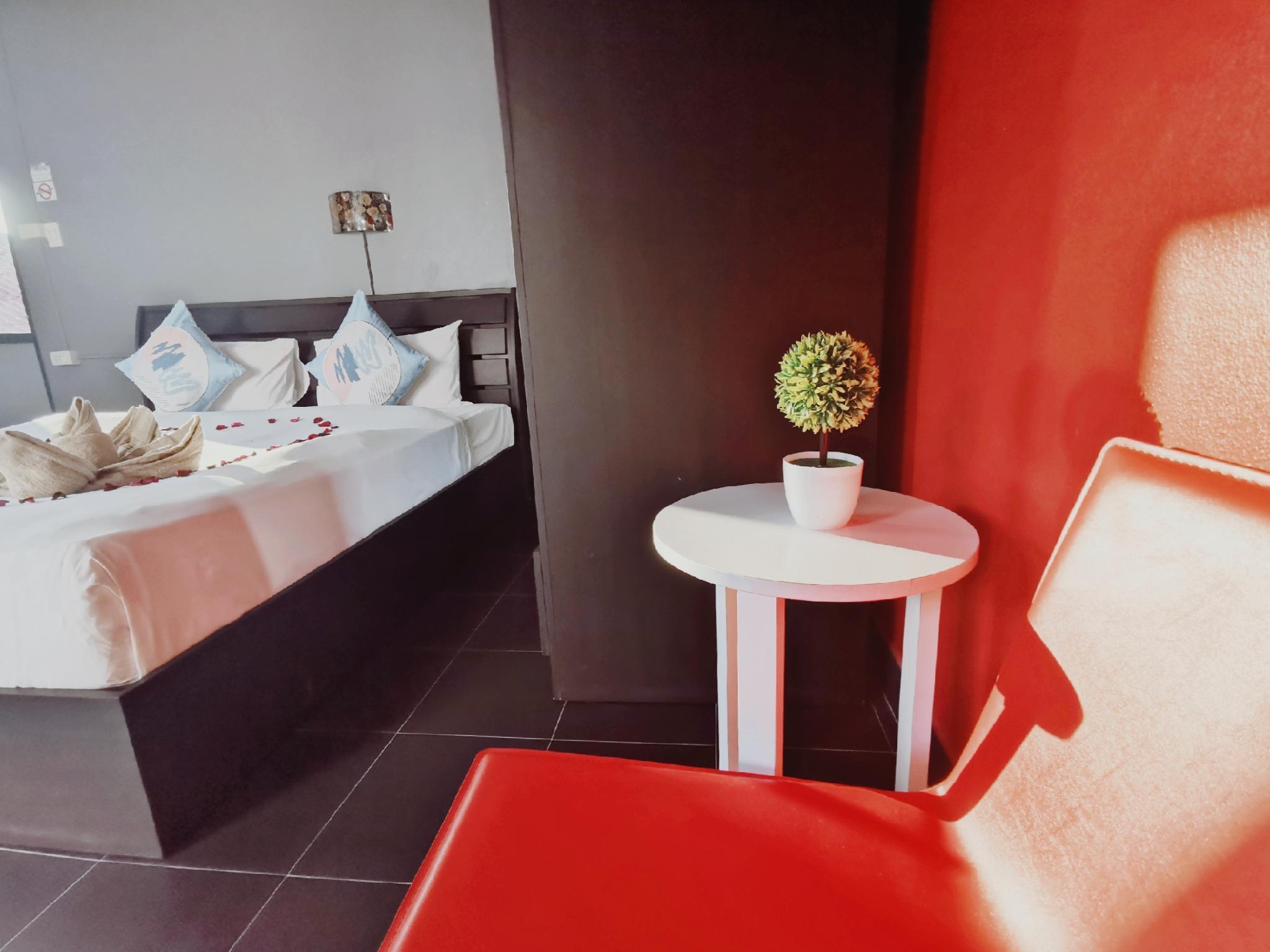 Patong Beach Nightlife King Bed Room Fast   Drink