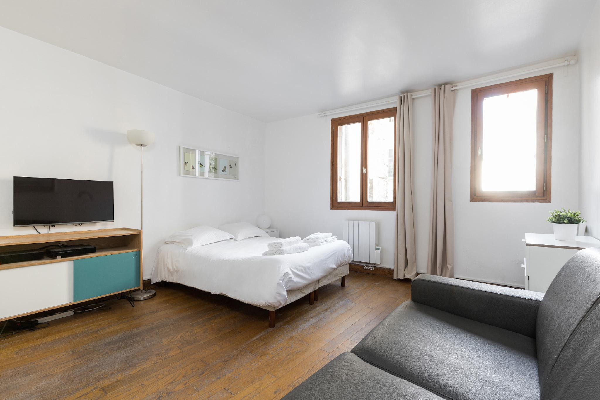 LATIN QUARTER HEART-SPACIOUS STUDIO BY PANTHEON