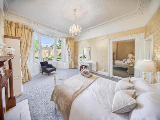 Victorian apartment retreat in the titanic city