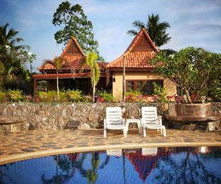 %name Family friendly house by the pool close to the sea ระยอง