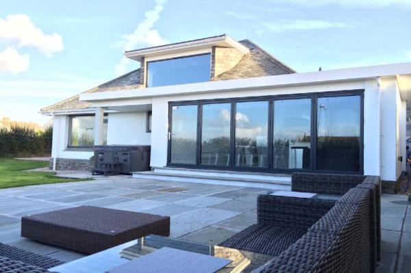 D STUNNING COASTAL HOME WITH HOT TUB & SEA VIEWS Newquay