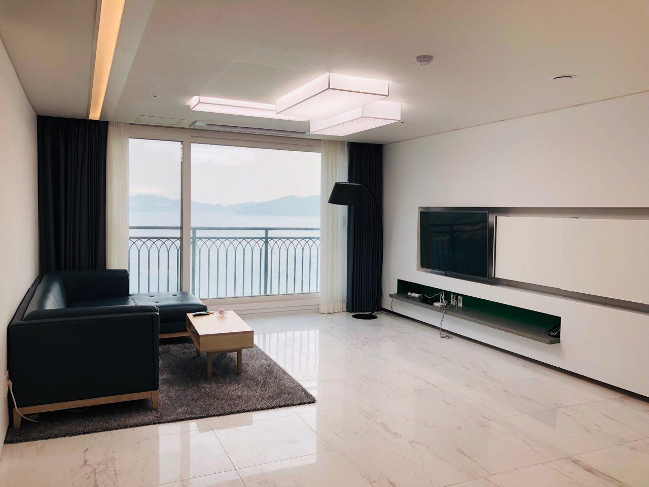 Beautiful Ocean View In A Modern Style Apartment