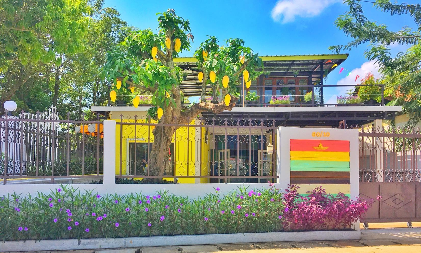 Peaceful And Colorful Bangalow In Town Along River