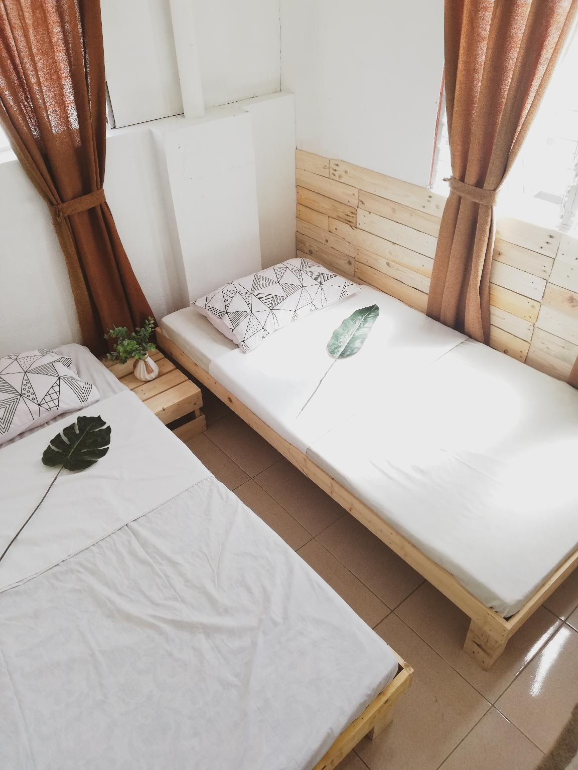 Pallet House For BackPackers And Couples
