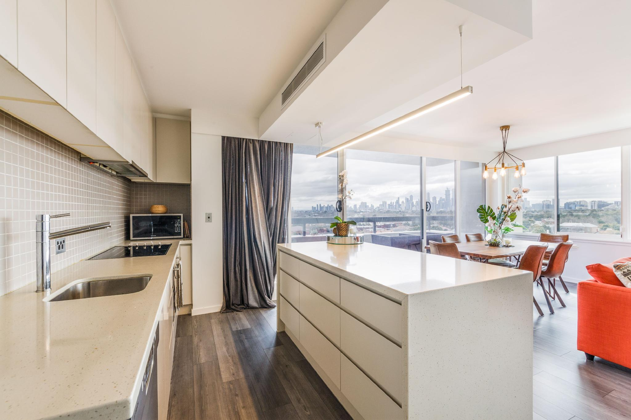 Exquisite 2 Bed Apartment With Beach & City Views